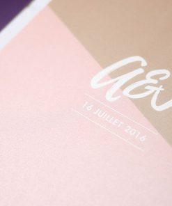 Invitation de mariage avec logo des mariés. Impression sur papier pailleté