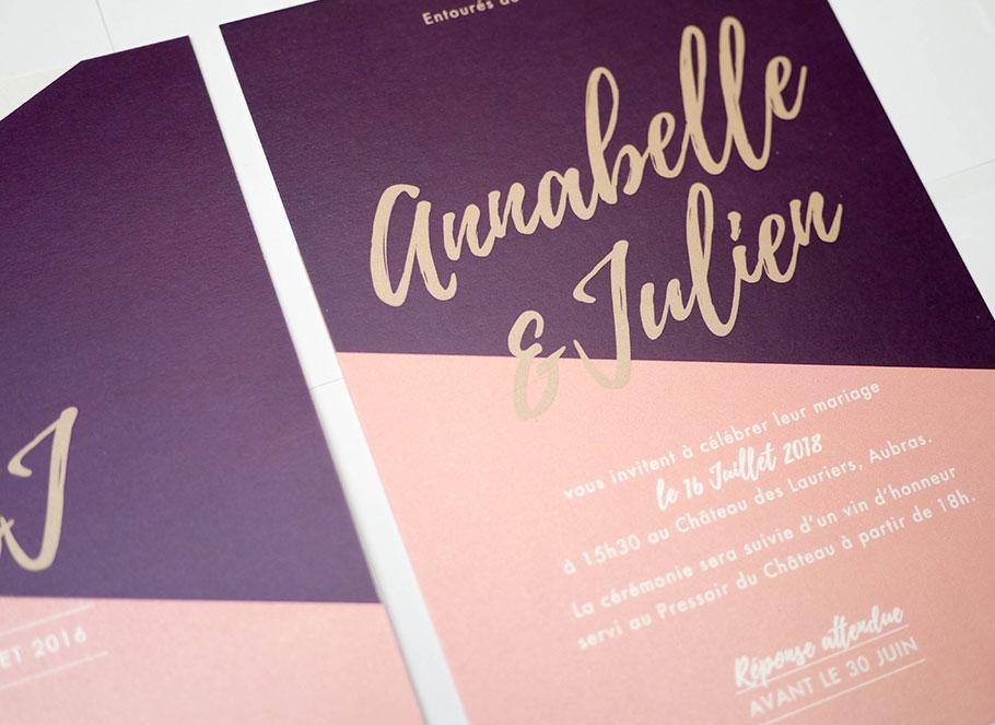 Invitation de mariage Nude, design moderne avec écriture manuscrites. Camaieu de rose poudré, violet et or.