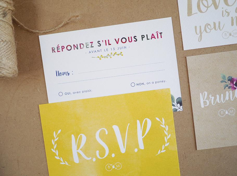Carton réponse de mariage création florale sur mesure. RSVP sur fond jaune avec branchage blanc.