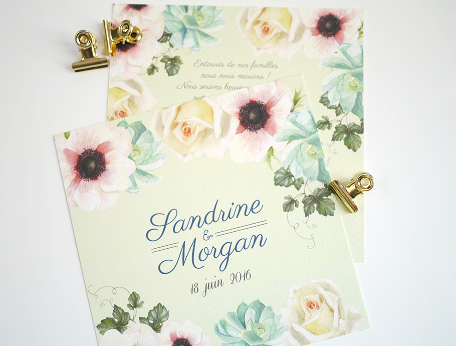 Faire-part de mariage à fleurs à l'aquarelles. Couronne de fleurs composée de roses blanches, pivoines, succulentes et de lierre.