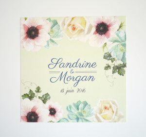 Faire-part de mariage avec fleurs à l'aquarelle sur fond vert pale. Roses blanches et lierre.
