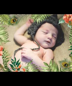 Faire-part naissance Jungle tropicale, décor à fleurs et feuilles exotiques. Photo de bébé joliment encadrée.