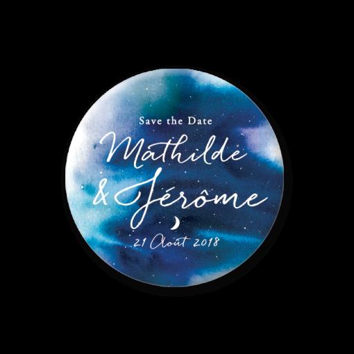 mariage nuit étoilées, étoile et lune décorent ce save the date mariage sous forme de badge magnet. Fond bleu à l'aquarelle