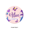 Magnet de naissance badge fille. bébé Alice avec fée et papillon violet et rose