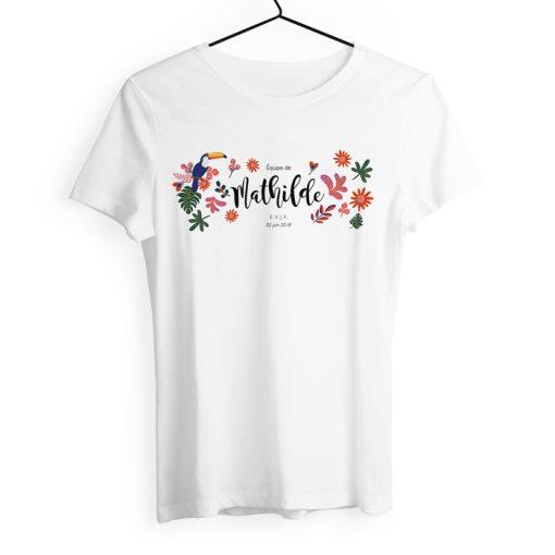 Tshirt enterrement de vie de jeune fille. Cadeau de mariage exotique chic et tropical. Design coloré avec fleurs et toucan.