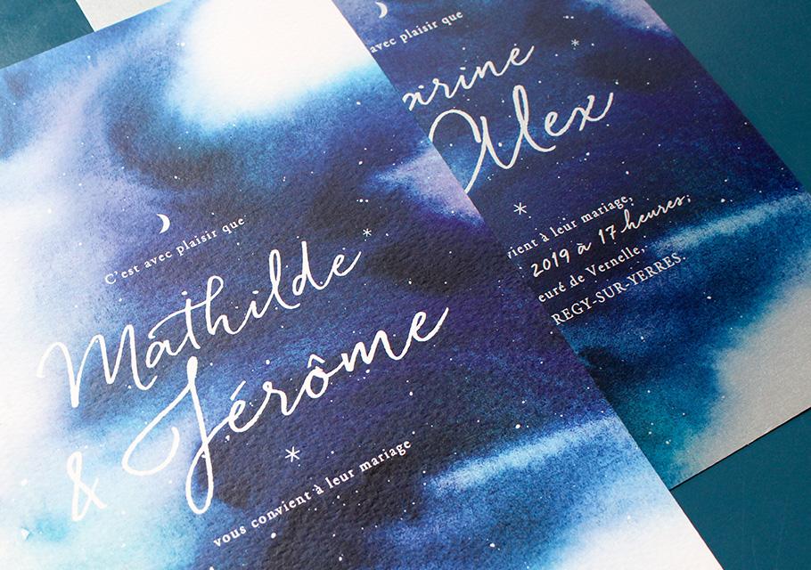 Faire-part mariage bleu fond aquarelle tel un ciel de nuit avec étoiles et lune.