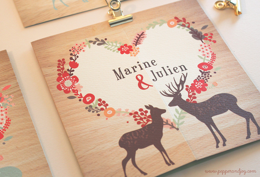 faire-part mariage montagne marron et fond bois. cerf et biche. Fleurs bordeaux rouge.