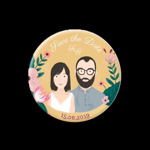 Badge aimanté save the date mariage illustration dessin des mariés. Décor de fleurs. Couleurs personnalisées.