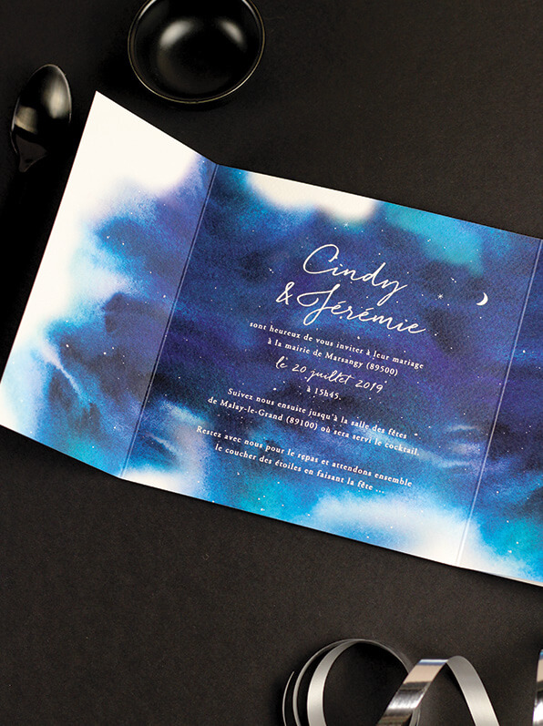 Invitation mariage nuit étoilée, carton faire-part fond aquarelle et motif étoiles et lunes. Fond bleu nuit.