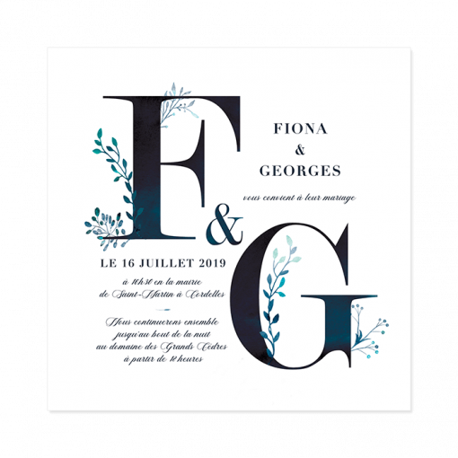 Faire-part mariage floral et épuré. Graphisme des lettres en gros; initiales des mariés décorées de fleurs. Aquarelle bleue nuit sur fond blanc.