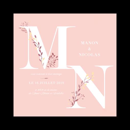 Faire-part mariage fond rose pale, texte blanc. Grosses lettres inscrites avec décorations de fleurs et branches à l'aquarelle.