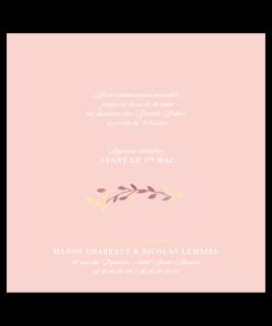 Faire-part mariage écriture classique en blanc sur fond rose pale. Motif floral à l'aquarelle
