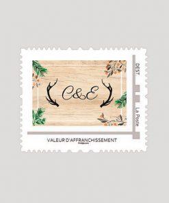 timbre personnalisé mariage dans les bois, fond bois et initiales des mariés entourés de bois de cerfs.