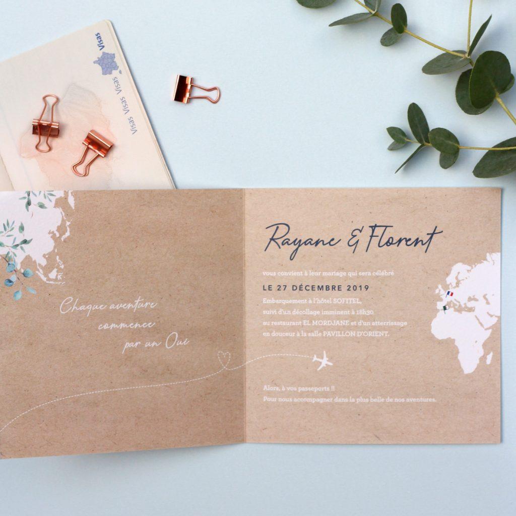 faire-part mariage livret, carte du monde Europe en blanc sur fond kraft. Branches d'eucalyptus. Thème mariage voyage, multiculturel.